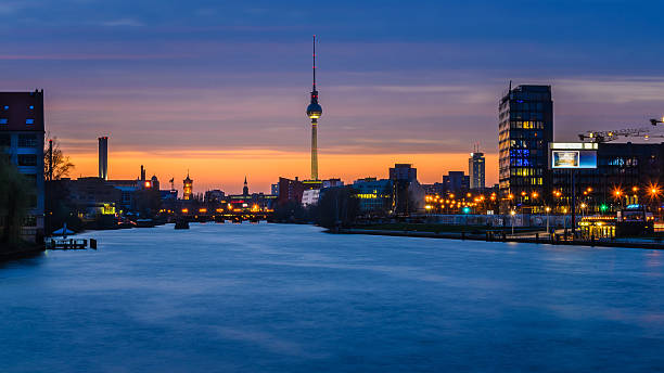 fernsehturm in berlin, deutschland, bei nacht - oberbaumbrücke stock-fotos und bilder
