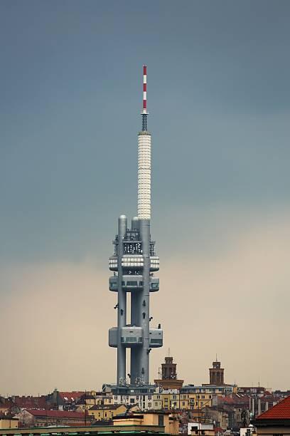 torre tv, nuvole tempestose - emissione radio televisiva foto e immagini stock