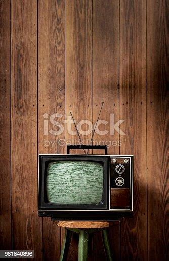 Alter Fernseher vor Holzwand