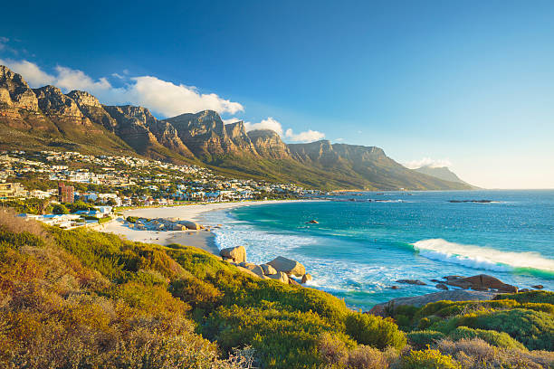 twelve apostles-bergkette mountain in camps bay, kapstadt, südafrika - südliches afrika stock-fotos und bilder
