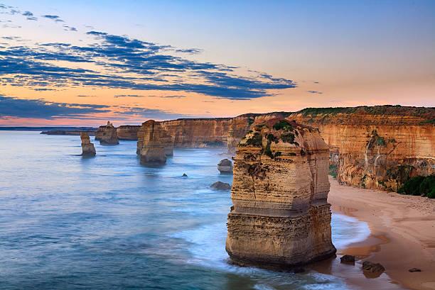 catena montuosa dei dodici apostoli, port campbell parco nazionale al tramonto - victoria australia foto e immagini stock