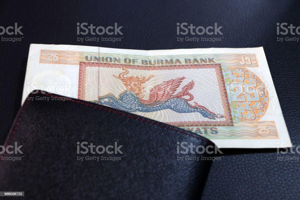 Tjugofem av sedeln valuta Myanmar kyats med svart plånbok på golvet svart. Det är retro pengar bilden av Pyinsarupa. - Royaltyfri Antik Bildbanksbilder