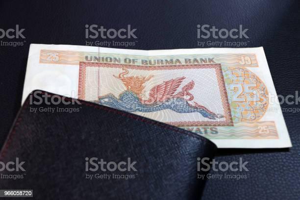 Tjugofem Av Sedeln Valuta Myanmar Kyats Med Svart Plånbok På Golvet Svart Det Är Retro Pengar Bilden Av Pyinsarupa-foton och fler bilder på Antik