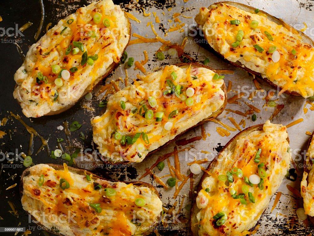 Assada, batatas recheadas com queijo e Bacon - foto de acervo