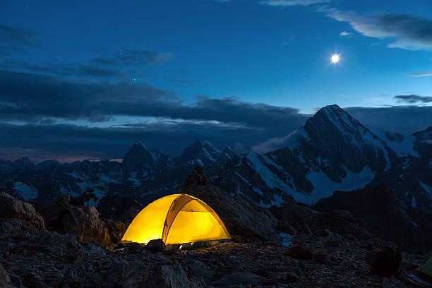 Twilight Bergpanorama und Zelt – Foto