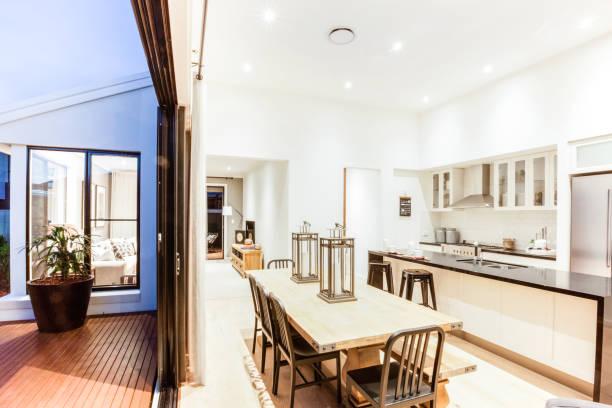 Dämmerungsfoto einer modernen Küche – Foto