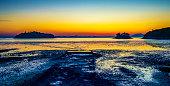 전라남도 여수의 노을마을의 황혼 빛에 물든 바다의 풍경이다.