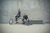 bmx の自転車やスケート ボードがあるビジネス服装の双子の兄弟