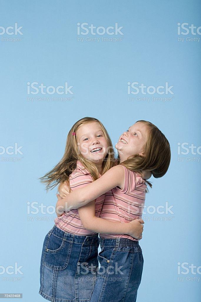 Twin sisters abrazándose foto de stock libre de derechos