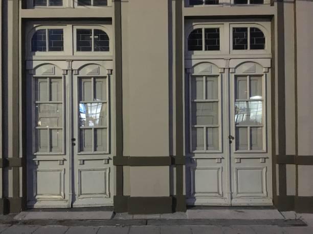 Zwei Türen aus Holz mit Glasfenster – Foto