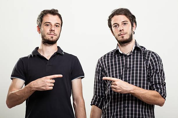 twins zeigt alle anderen - zwillinge stock-fotos und bilder