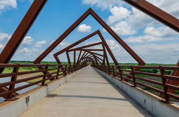 vrida bron över skenor till trail - bridge bildbanksfoton och bilder