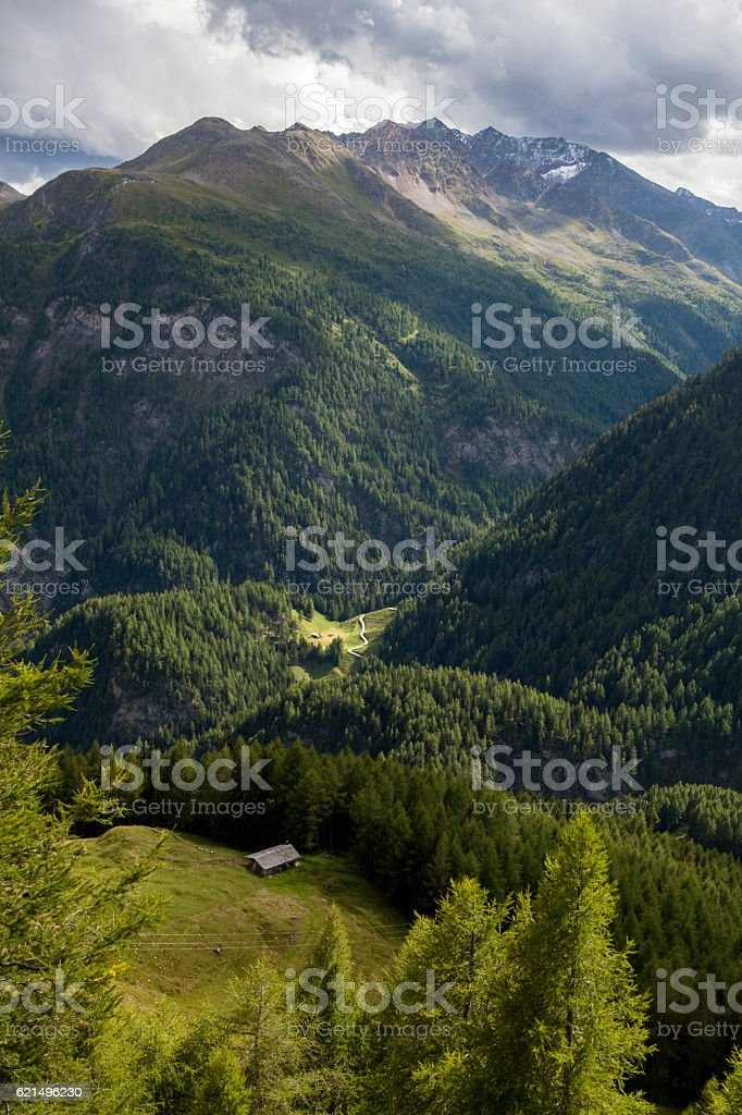 Twisting path in mountains. photo libre de droits