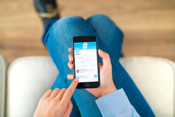 twitter auf dem iphone - instant messaging stock-fotos und bilder