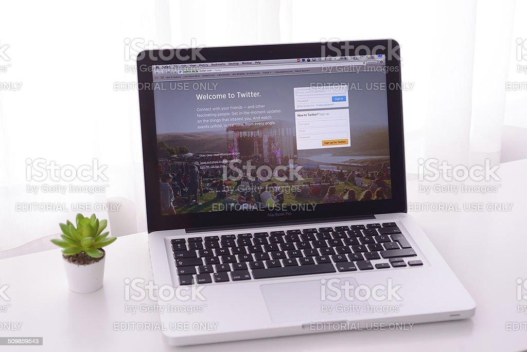 Twitter en Macbook - foto de stock