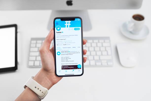 twitter-profil auf dem apple iphone x - instant messaging stock-fotos und bilder