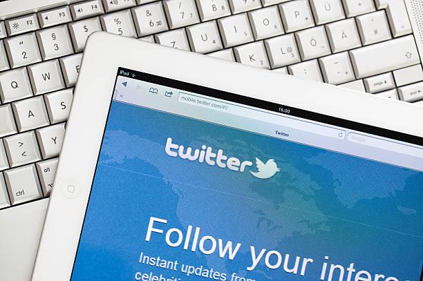 twitter-website auf apple ipad 2 - instant messaging stock-fotos und bilder