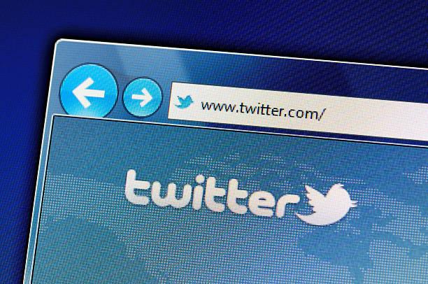 twitter sito web su schermo del computer - messaggistica online foto e immagini stock