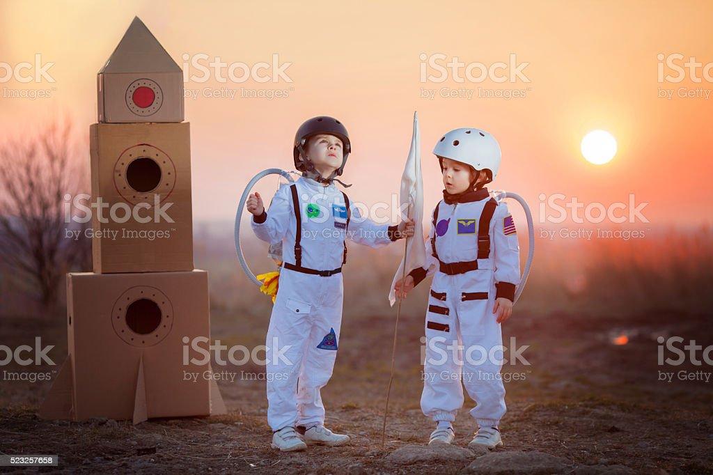 Zwei niedlichen Kinder Spielen im Park bei Sonnenuntergang – Foto