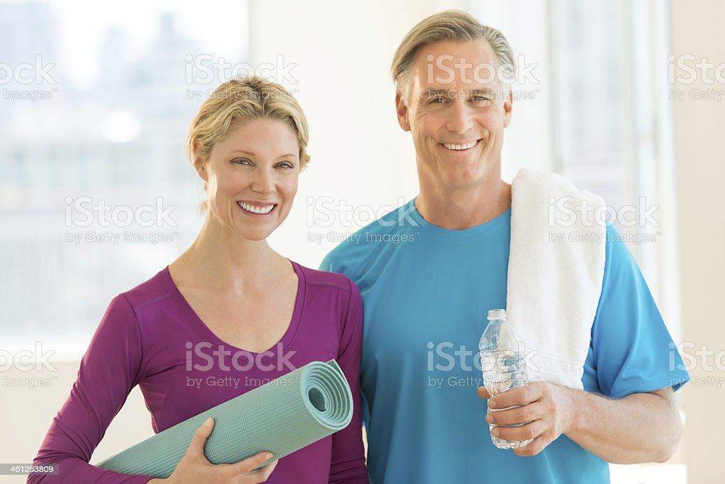 DOS ADULTOS retención ejercicio materiales relacionados - foto de stock