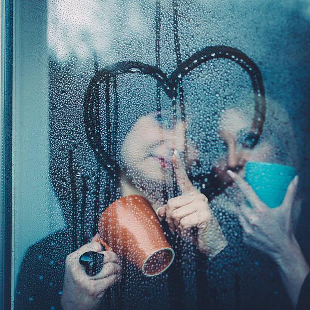 Zwei Zärtlich Frauen, die hinter dem Fenster – Foto