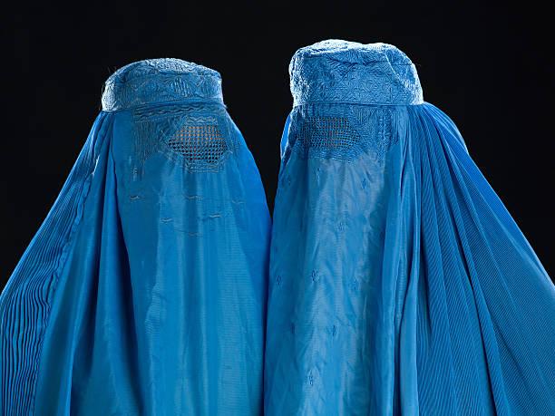 zwei afghanischen frauen, die ihre burkha - burka stock-fotos und bilder
