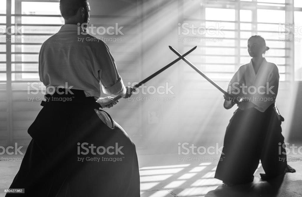Deux combattants d'aïkido avec des épées de Bokken - Photo