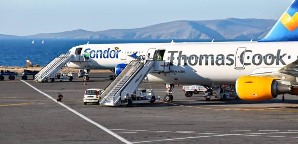Deux avions Airbus A321 de la compagnie Condor et Thomas Cook sont garées sur l'aire de trafic de l'aéroport «Nikos Kazantzakis» - Photo