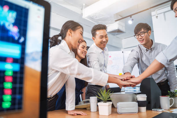 Dos colegas de Aisan dando cinco altos en el concepto de vida de oficina.oficina. Empresarios exitosos - foto de stock