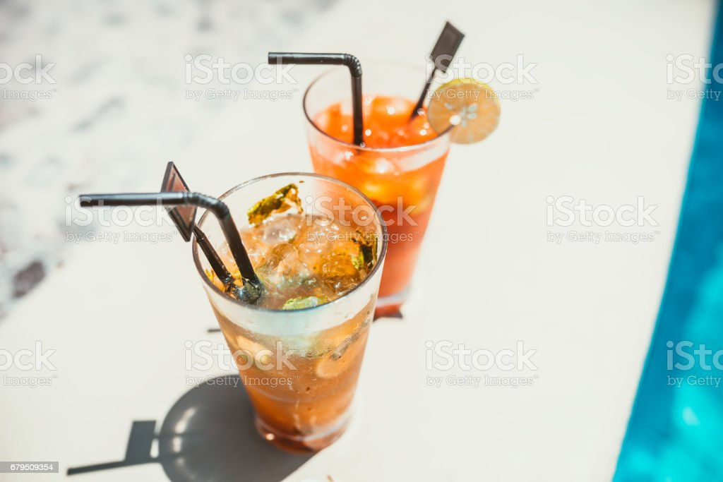 two alcoholic drinks, mojito with lime and ice and gin and tonic lemonade served cold​​​ foto