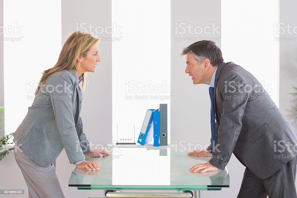 Zwei Wütende Geschäftsleute streiten auf jeder Seite des Schreibtisch - Lizenzfrei Anzug Stock-Foto