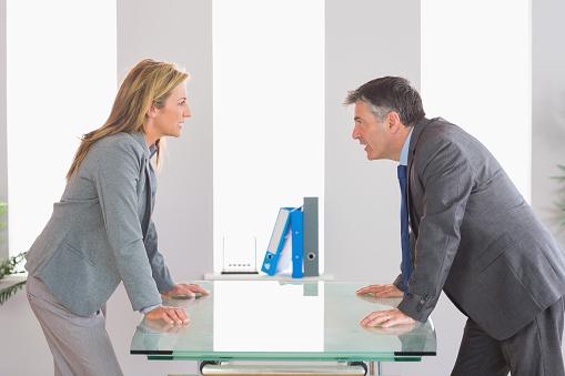 Zwei Wütende Geschäftsleute Streiten Auf Jeder Seite Des Schreibtisch Stockfoto und mehr Bilder von Anzug