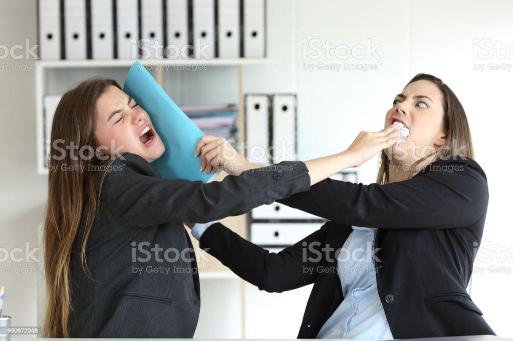 Zwei böse Führungskräfte kämpfen im Büro – Foto