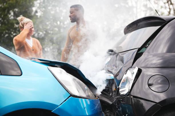 Dos automovilistas enojados discutiendo sobre la responsabilidad por accidente automovilístico - foto de stock