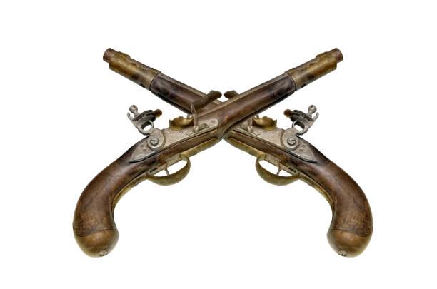 dos antiguas pistolas silícico aislados sobre fondo blanco. - duelo fotografías e imágenes de stock