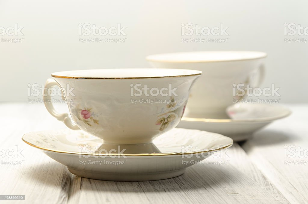 Zwei antike Teetassen auf weißem Hintergrund – Foto