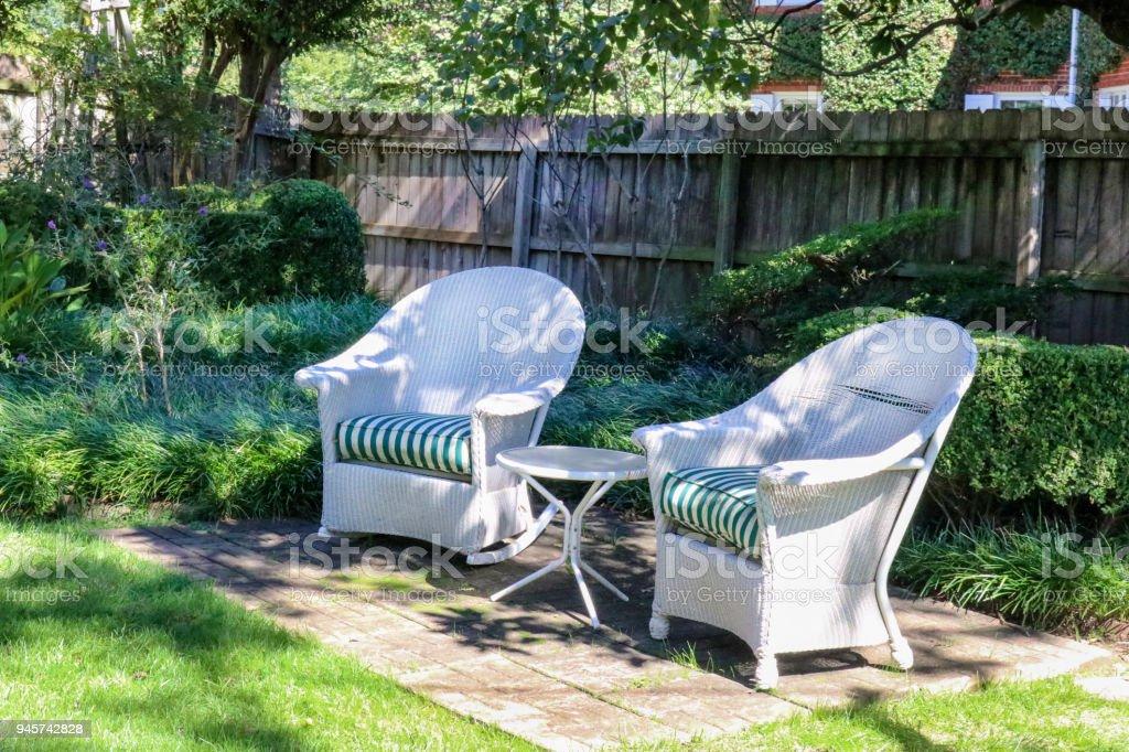 Witte Rieten Stoel : Twee antieke witte rieten stoelen gerangschikt met tabel in