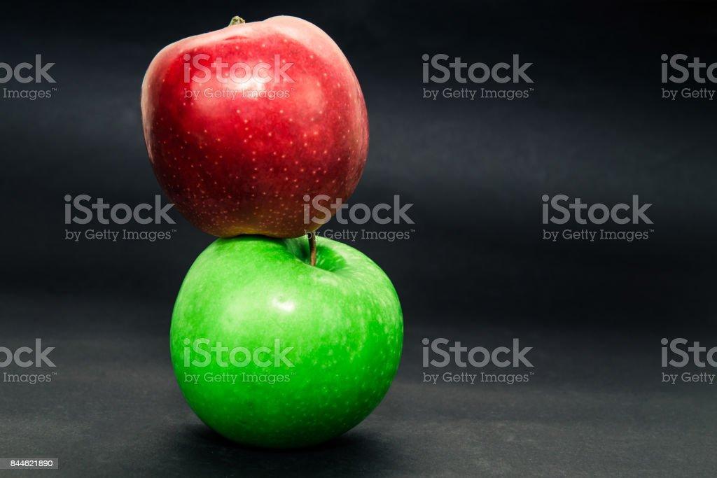 Zwei Apple auf dunklem Hintergrund – Foto