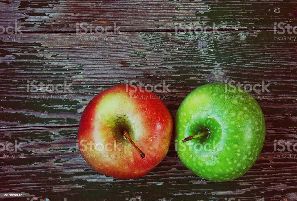 Dos manzanas en mesa de madera - foto de stock