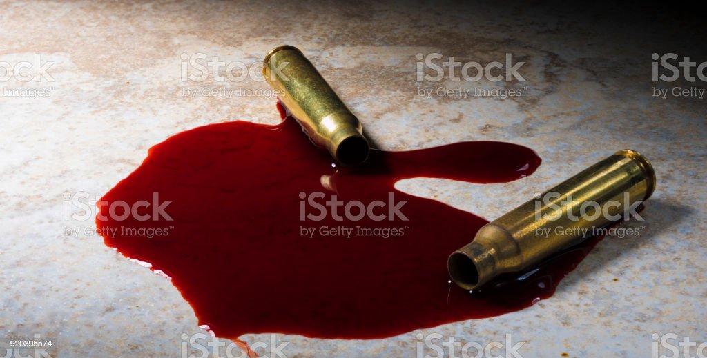 Zwei AR-15 Patronen, die mit Blut gedreht wurden – Foto