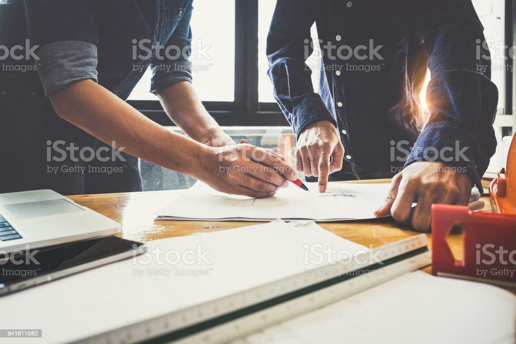 Zwei Architekten Mann arbeitet mit Zirkel und Baupläne für architektonischen Plan, Ingenieur, ein Bau-Projekt-Konzept zu skizzieren. – Foto