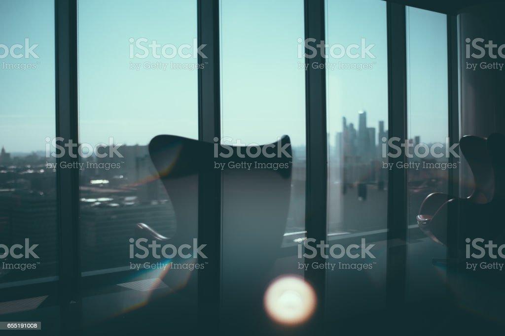 Zwei Sessel neben Bürofenster – Foto