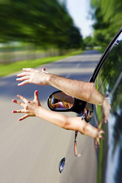 deux bras tirer la de la voiture - homme faire coucou voiture photos et images de collection