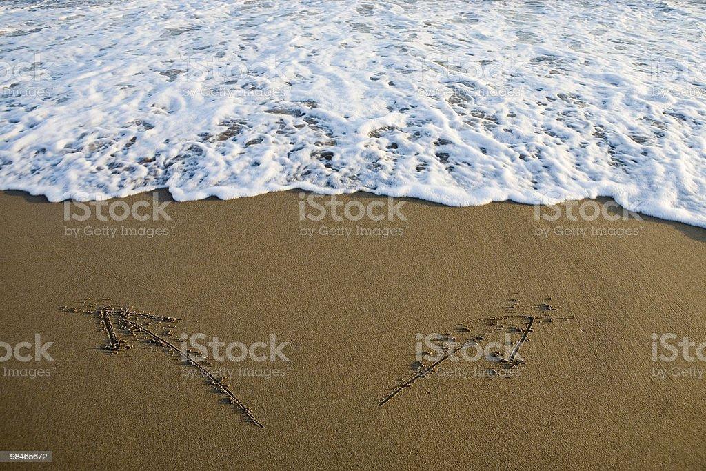 두 화살표가 그려진 모래 royalty-free 스톡 사진