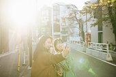 自分撮りをする二人のアジアの女の子