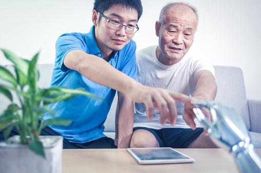 Zwei Asiatische Männer Verbinden Roboter Im Innenbereich Stockfoto und mehr Bilder von 70-79 Jahre