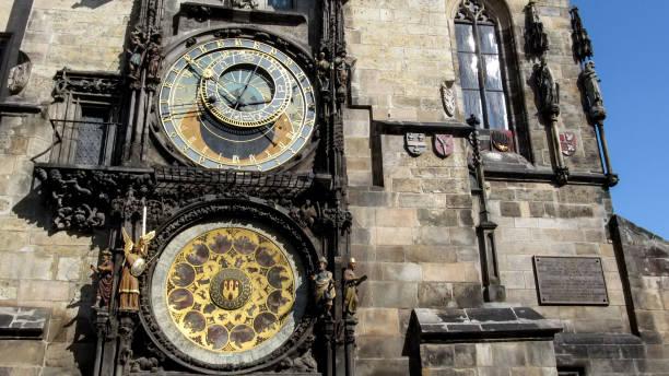 close-up de dois mostradores astronômico orloj (ou prague orloj) - praga boémia - fotografias e filmes do acervo