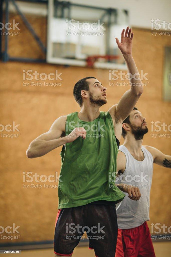 Två idrottare i rörelse på basketplan. - Royaltyfri Aktiv livsstil Bildbanksbilder