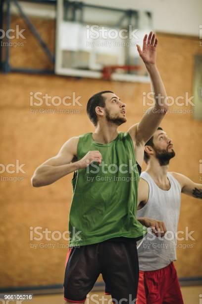 Två Idrottare I Rörelse På Basketplan-foton och fler bilder på Aktiv livsstil