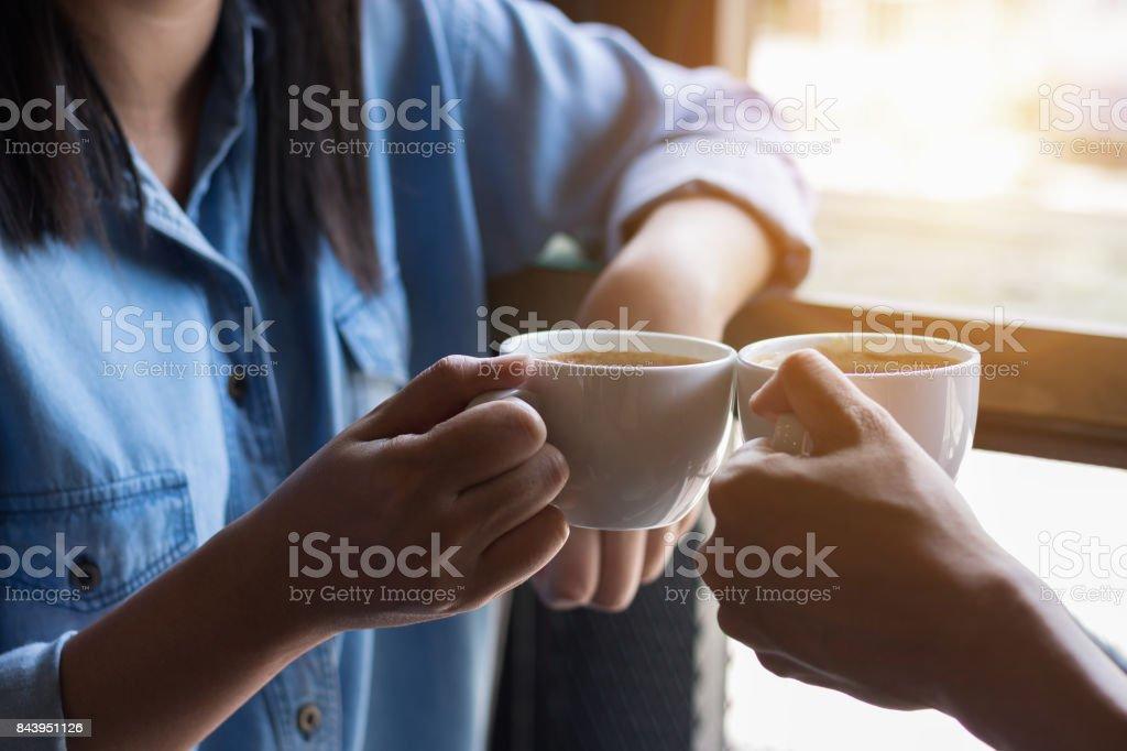 コーヒー ショップで二人の魅力的な女性 ストックフォト